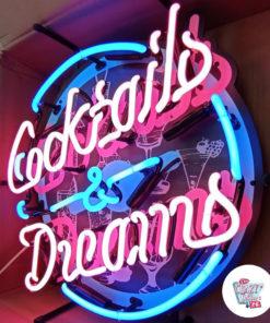 Neon Cocktails og Dreams-tegn vippes på